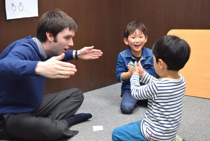 シェーン英会話教室:▲この日のレッスンはLong(長い)/Short(短い)の概念を粘土やホワイトボード...等、様々なツールを使って英語で英語を学ぶレッスンが楽しく繰り広げられていました。