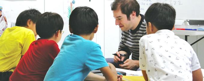 igsZ:先生と子供達のやりとりは全て英語。英語ビギナーのお子様でも英語での思考力をしっかりと育むプログラムが組まれている。